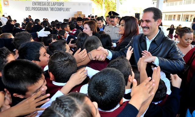 Guillermo Padrés convivió con estudiantes de Agua Prieta.