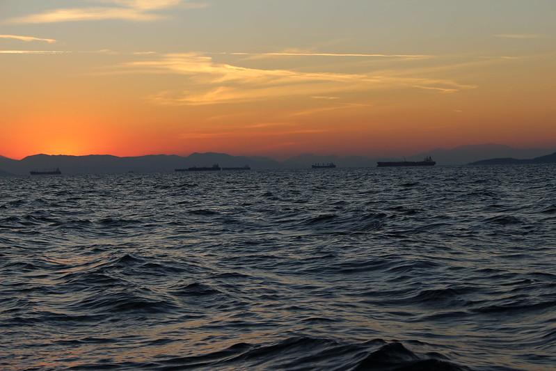 sunset boat siluettes
