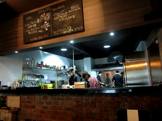 N°2 Casual Dining, kitchen