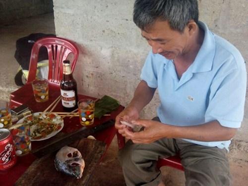 Dị nhân hơn 40 năm ăn đủ các loại thịt sống, kể cả rắn lục xanh đuôi đỏ