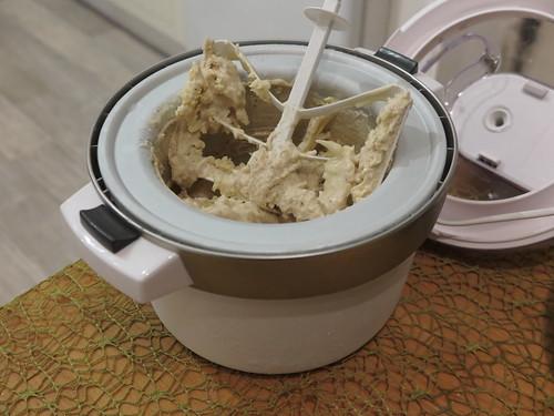 Bananeneiscreme mit weißen Schokostückchen (noch in Eismaschine)