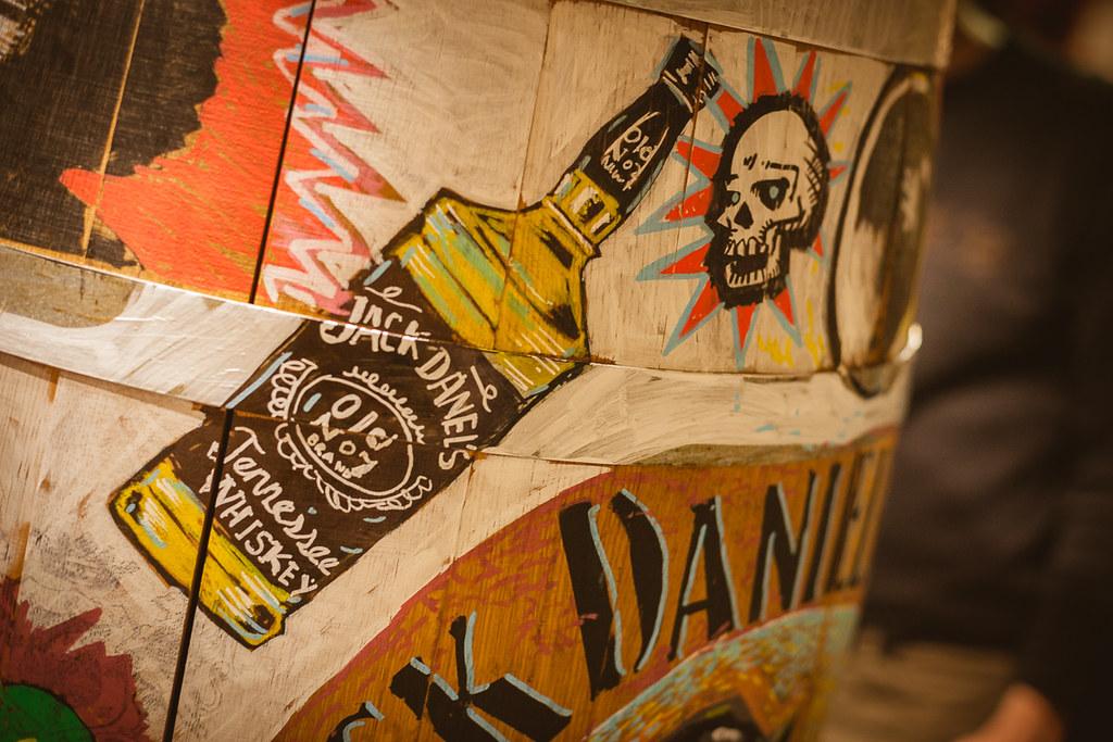 Decorando barriles de whisky Jack Daniel's con Dibujo a Domicilio