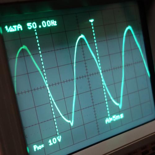 Oscilloscope_New Network Switch Off_Subwoofer Off_F50_Pin5_1 オシロスコープの画面を撮影した写真。ノイズ波形が表示されている。