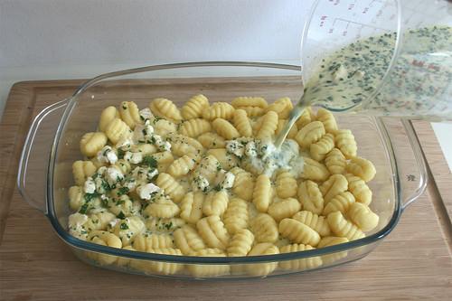 24 - Sahnemischung über Gnocchi gießen / Put cream mix on gnocchi