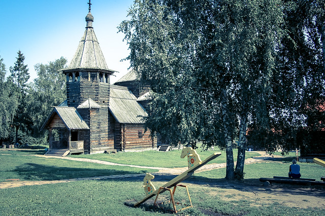 Garden in the museum of wooden masterpieces, Suzdal, Russia スズダリ、木造建築博物館の庭
