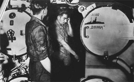 Sala de torpedos del U331 con una dedicatoria al Barham