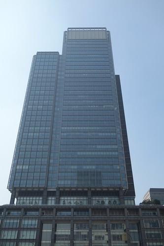 """Tokyo_1 東京都丸の内の """"新丸の内ビルディング"""" を正面から撮影した写真。"""