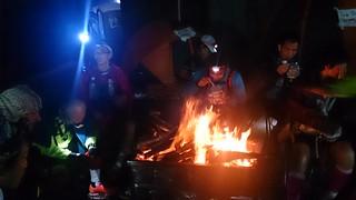 201501 HK100 焚き火で暖を取る。日没後は気温はグッと下がる