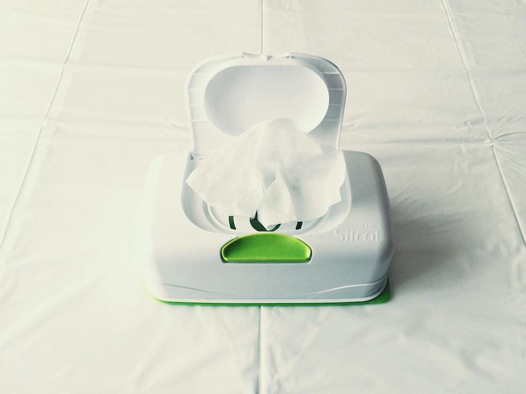 シルコットのボックスタイプのウエットテッシュ 食卓としても利用している無印良品の折りたたみ式ローテーブル用として。 娘ネコ様も気になるテーブルなので、ノンアルコールタイプで除菌も可能、取り出しやすいボックスタイプとなるとこのシリーズ。片手でポン!で、すぐキレイ。 #シルコット #ウェットテッシュ #除菌 #食卓 #ねこ部