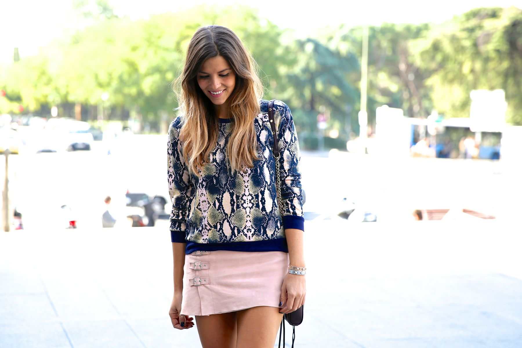 trendy_taste-look-outfit-street_style-ootd-blog-blogger-fashion_spain-moda_españa-girissima.com-sweatshirt-sudadera-estampado-crocodile-cocodrilo-botines-booties-pink_skirt-falda_rosa-3