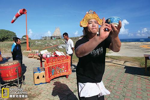 一年一度的池府王爺廟會是東嶼坪的盛事,廟方人員從白天就開始為迎王祭典進行各種儀式,一直持續到隔日清晨。攝影:陳郁文;圖片提供:《國家地理》雜誌中文版2014年10月號