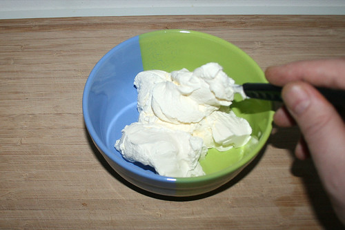39 - Schmand in Schüssel geben / Put sour cream in bowl