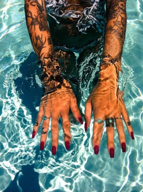 Kylie-Jenner-Stiletto-Nail-Trend-15