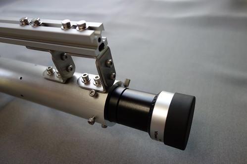 astronomical telescope_12 自作の天体望遠鏡の写真。アルミパイプ製の接眼筒とアルミフレームが接続されている部分を写したもの。ステンレス金具がボルトで締結されている。