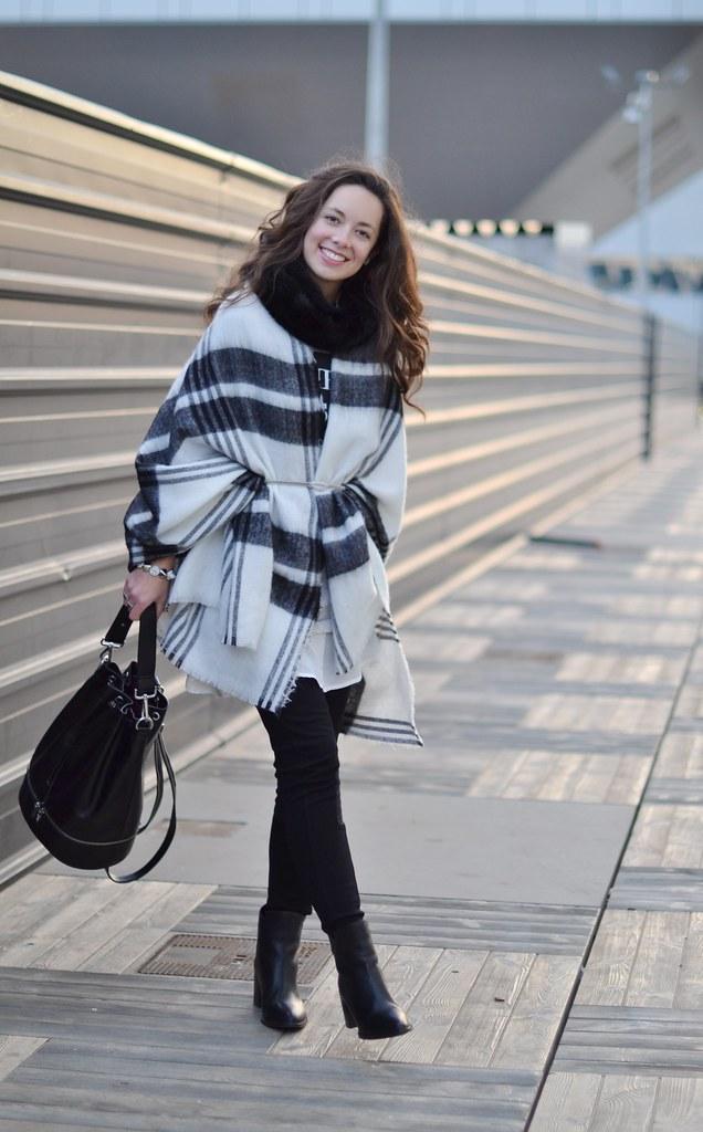 Cómo llevar una maxi bufanda blanca y negra como chaqueta