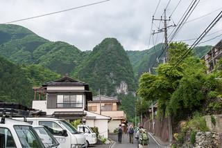 稲村岩をに見上げながら登山口へ