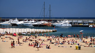 Bild von Platja del Somorrostro. barcelona catalunya cataluña españa spain barceloneta playa beach platja verano summer barcos puerto port vessels