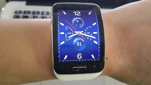 หน้าจอนาฬิกา ถือเป็นหน้า Home ของ Galaxy Gear S