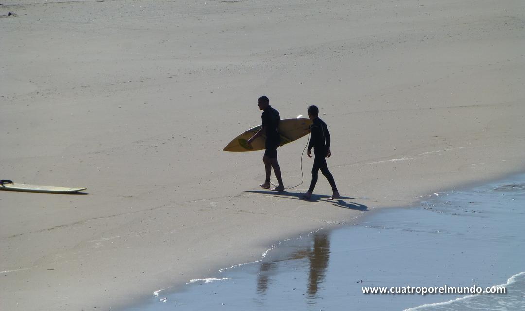 Surfistas en la playa de la Moza