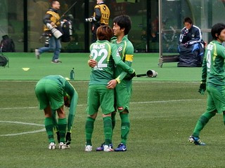 若手にして中心選手の小林・和田両選手が試合前に抱擁。健闘を誓う。