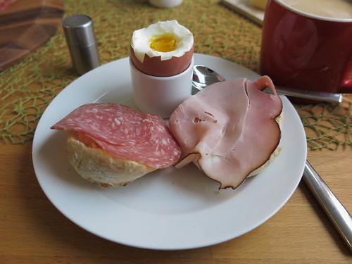 Kernrauchschinken und Salami zum Frühstücksei