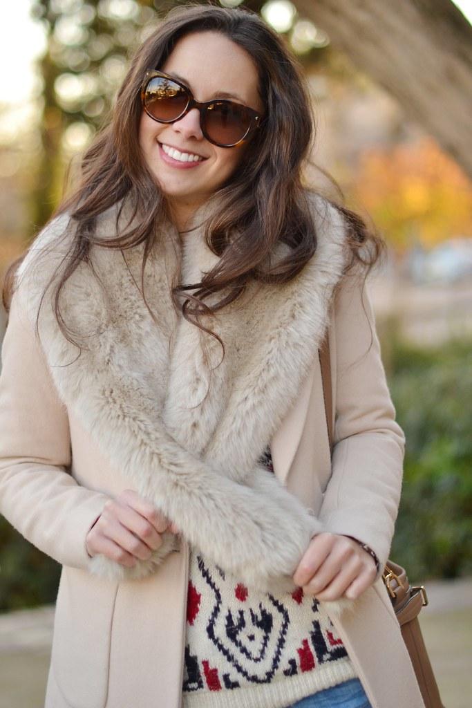 Cómo combinar un abrigo camel con tejanos
