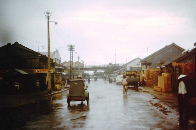 VIETNAM 1962-64 - Đường Bến Hàm Tử, qua khỏi gầm cầu Chữ Y là nối tiếp vào cuối đường Bến Chương Dương.