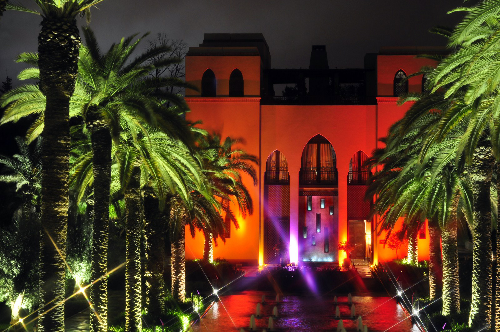 Edificio del restaurante italiano y terraza de fiesta de noche four seasons marrakech - 15722161487 016533b265 h - Four Seasons Marrakech, oasis en la ciudad roja