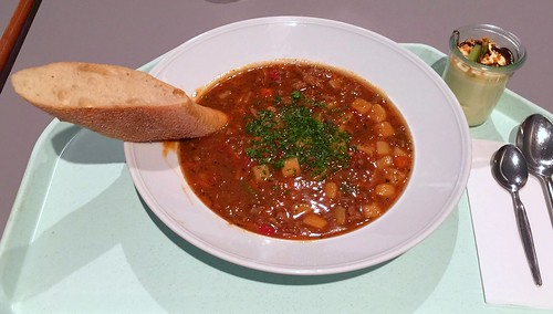 Goulash soup with baguette / Gulaschsuppe mit Baguette