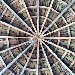 Una telaraña, o el fondo de un canasto, o la proyección del infinito; todo puede ser en esta cubierta de madera chilota.