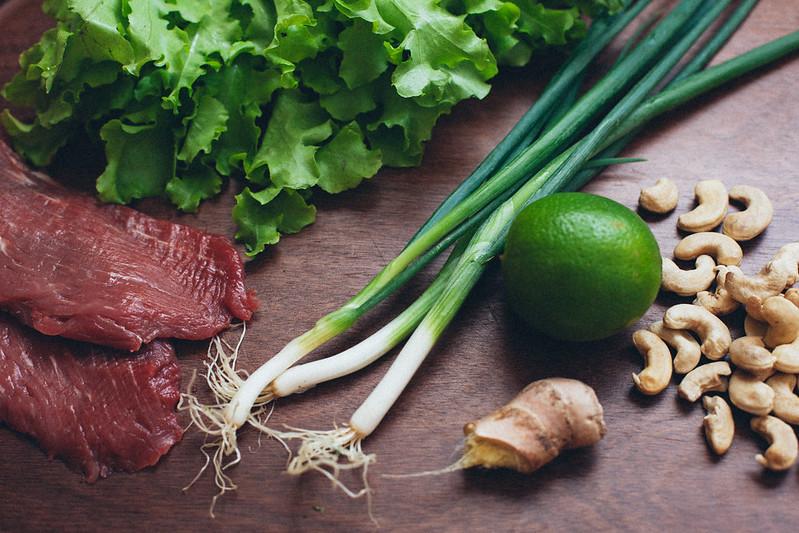 Salada Thai com Carne e Castanha de Caju