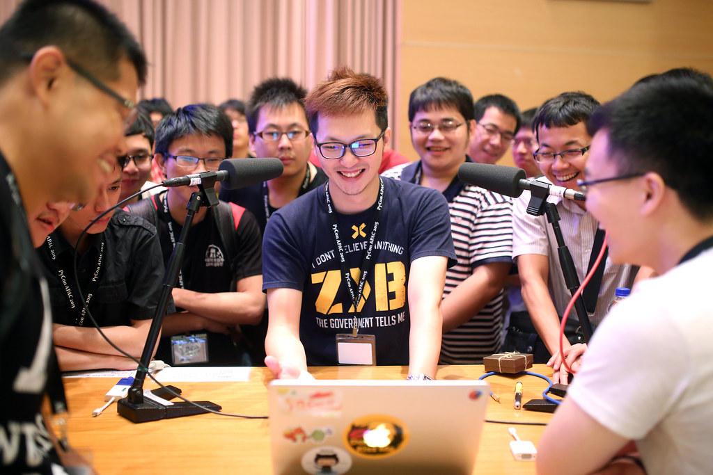 PyConAPAC2015 Taipei, Taiwan / Sigma 35mm / Canon 6D 2015 年幫忙 PyConAPAC 拍照的時候,整場下來我最喜歡的就是這張,那時候連拍了好多,剛好抓到他們爆笑的點。我喜歡大家一起歡笑的畫面。  Canon 6D Sigma 35mm F1.4 DG HSM Art IMG_1495.JPG Photo by Toomore