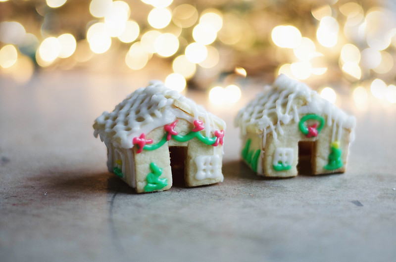 Sugar Cookie Houses that perch on the edge of your mug on juliettelaura.blogspot.com