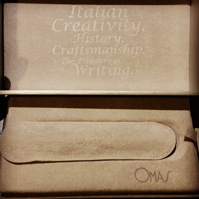 The packaging is so pretty on the inside. And 3 guesses which color I got ;) #fountainpen #fpgeeks #omas #ogiva #alba #collectibles #pen #omg