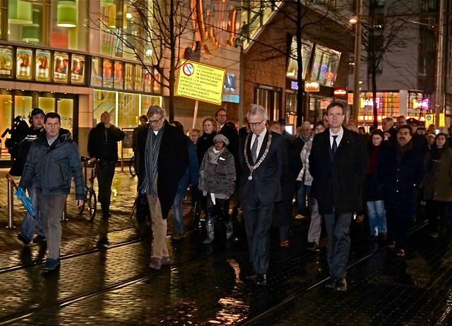 Je Suis Charlie herdenking in Den Haag. Voorzitter Lex Oomkes van Nieuwspoort, Burgemeester van Aartsen en een medewerker van de Franse ambassade. Foto door Roel Wijnants.