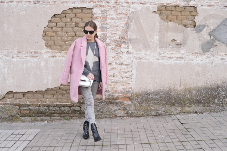 lara-vazquez-madlula-streetstyle-grey-outfit-pink-coat-cold-days