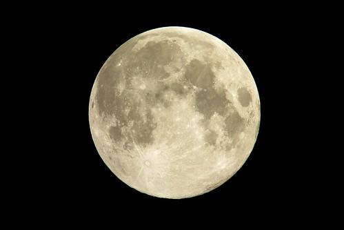 moon_9_sharpened_levels adjusted 満月の写真。十五夜の中秋の名月。雲一つ無い空。黄色く輝く明るい月。
