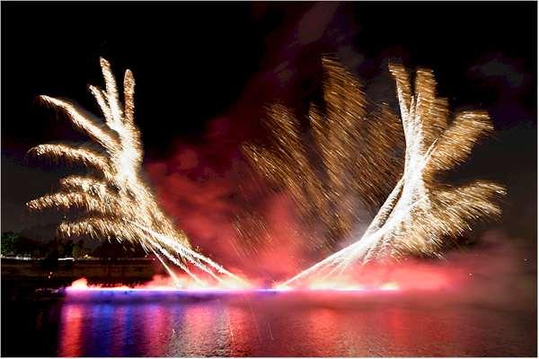 Un encuentro de amor francés en One Night Stand de Cai Guo-Qiang: evento de explosión para Nuit Blanche, realizado sobre el Rio Sena, entre el Louvre y el Musée d'Orsay, Paris, Francia, 5 de Octubre, 2013. Foto de Thierry Nava, cortesía Cai Studio.