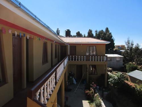 Lac Titicaca: notre hôtel sur l'Isla del Sol. Nous avons la meilleure chambre, celle au bout qui termine le L, avec trois grandes fenêtres.