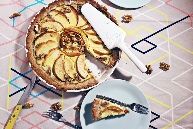 apfel-tarte mit walnuss-boden & ahorn-creme