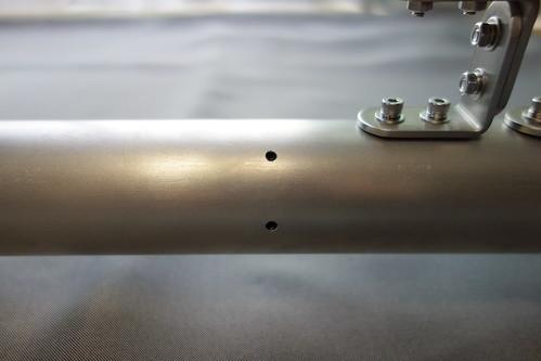 astronomical telescope_13 自作の天体望遠鏡の写真。地上レンズと接眼鏡の組をアルミパイプ製の接眼筒に固定しているホーローセットを写したもの。タップを立ててM4のめねじを切ってある。
