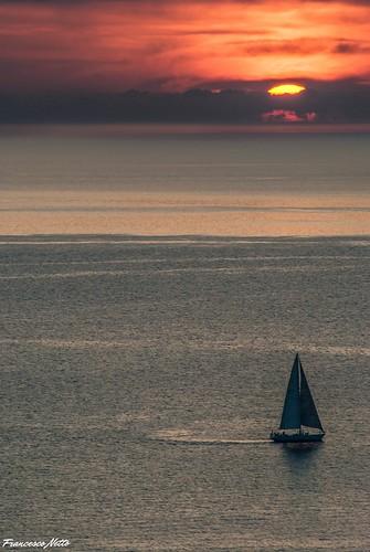 Vela solitaria al tramonto