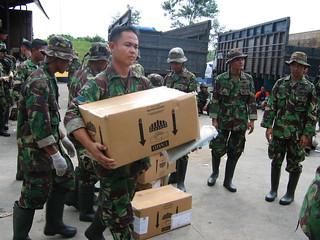 TNI menurunkan bantuan kemanusiaan dan langsung mendistribusikannya kepada masyarakat korban tsunami Aceh.