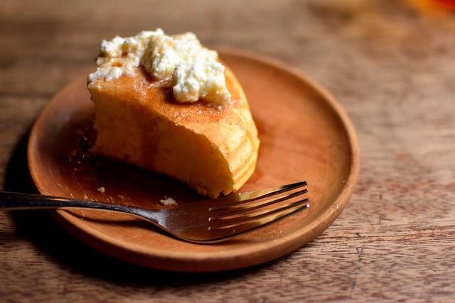 パンケーキにバターとメイプルシロップをかけて食べる