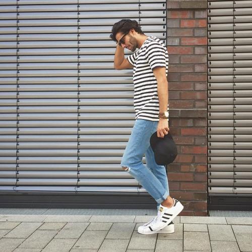 黒白ボーダーTシャツ×ダメージジーンズ×adidasスーパースター
