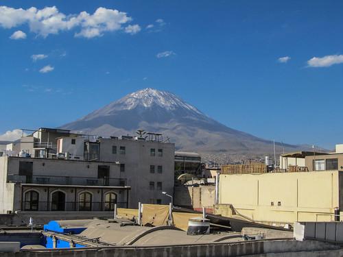 Arequipa: vue de la terrasse de notre hotel sur les volcans