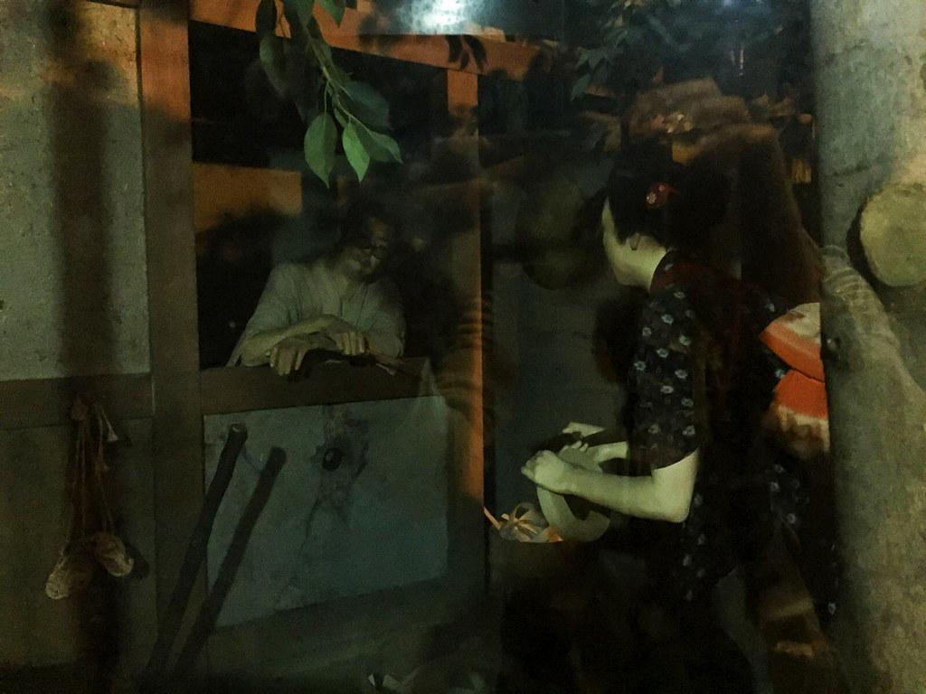 男と話す女の人形