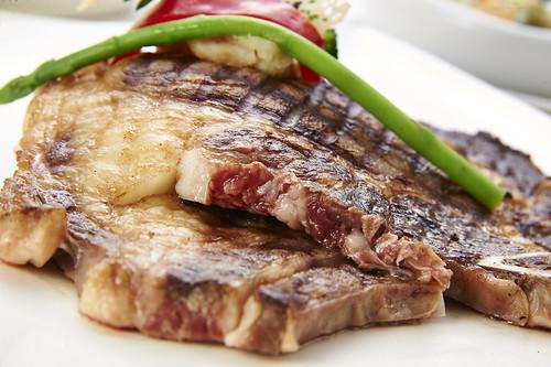 高雄新國際西餐廳牛排的部位、熟度與吃法6_三分熟-沙朗