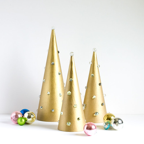 DIY Mod Light-Up Trees. Click through for the full tutorial! | www.vitaminihandmade.com