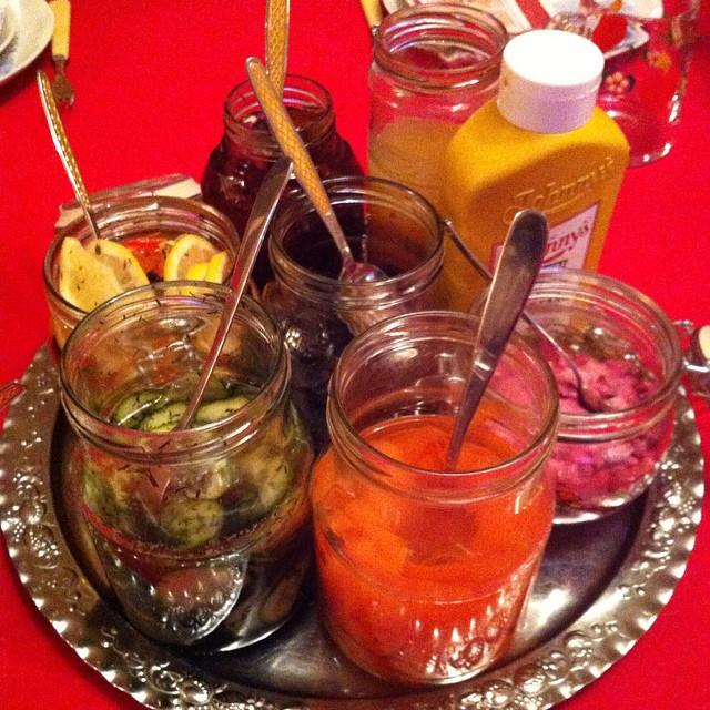 Inlagd gurka med dill, inlagd citron, picklad rödlök, äppelmos, en fantastisk rödbetssallad, inlagda morötter och katrinplommon i mitten. #vadveganeräter